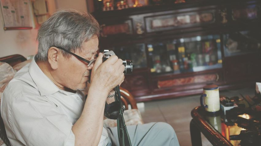 專注攝影的神情令人著迷,外公超帥,超熟男魅力 😍 Taking Photos Photographer Grandpa Enjoying Life Handsome Boy Myhobby My Hobby Capture The Moment