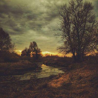 Конечно же, я приукрасил действительность. Но пусть Landscape Nature River Sky Clouds Sunset Autumn October Reflection Instamood Instarussia Instacool Vsco_Russia Vscocam_russia Vscorussia Estetique_beauty Mobilevsco Weather Showmerussia