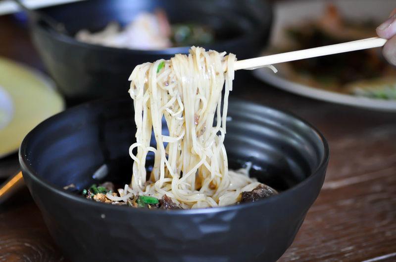 eating noodle,