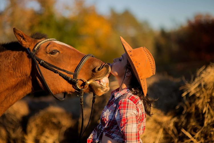 Brown Horse Horses Cowboy Cowboy Hat Woman Pets Animal Human And Animals Horse Photography  Kiss Kissing Rancho Ranch Life Breeding Portrait Young Adult Owner Outdoors Communication Domestic Animals Pasture Paddlock Sunlight Livestock
