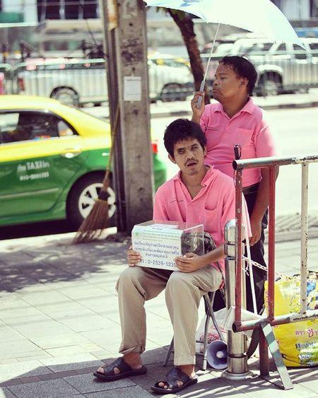 Streetartist Streetartists Performer  Poor  Man Pink Street Streetphotography Photography City Bangkok Thailand