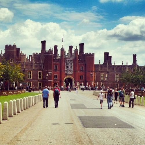 England Castle Henry Henryviii Palace Palaceofhenry Cloud Blue Sky Bluesky Sunny Amazing Beatiful Building Crowd People Tourist Hamptoncourt Hamptoncourtpalace