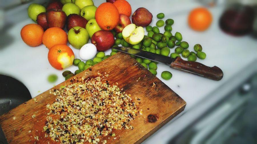 Muhabbet kuslarina vitamin takviyesi. Ceviz,badem,findik,fistik,yaban mersini,incir,siyah kuru üzüm sari kuru üzüm,haşlanmiş yumurta,elma,portakal kabuğu, ve çağla :) Aroma Patlaması