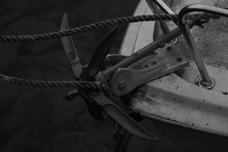L'espoir fait vivre Ancre Ancre Marine Ancre Cordage Amarrage Ponton Boute Corde Hope Espoir Anchor Boat Bateau Ship Lake Lac Lac Léman Port Harbor Versoix Blackandwhite Monochrome Fresh Quiet Peaceful Sailing Ship Old-fashioned Close-up