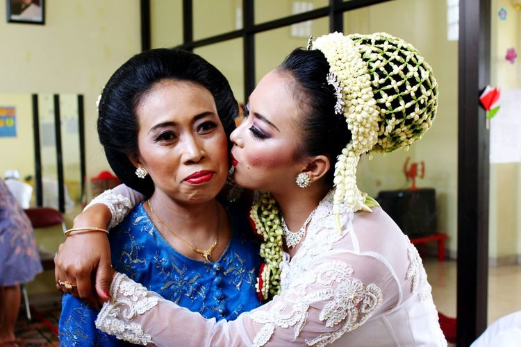 Kiss your Mom, and say Thanks  to her. Loveyou Mom ❤ First Eyeem Photo Human Interest Human Interest Indonesia INDONESIA Indonesia_photography Pernikahan Wedding Day Married