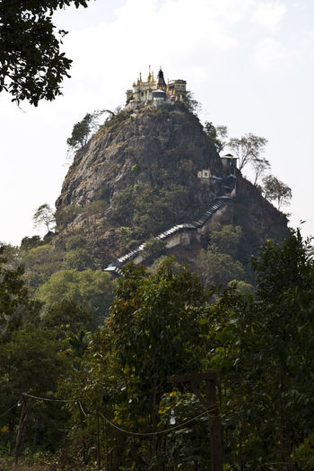 Le monastère de Taung Kalat Beauty In Nature First Eyeem Photo Green Color Growth Hill Idyllic Landscape Low Angle View Mount Popa Mountain Mountain Range Myanmar Nature No People Rock - Object Rocky Mountains Scenics Sky Taung Kalat Temple Tourism Tranquil Scene Tranquility Travel Destinations Tree