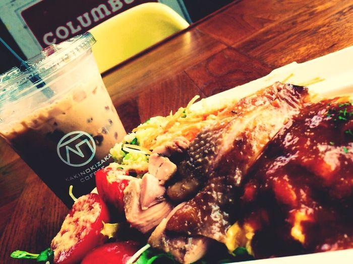今日は振替休日😅💦 夏休みはまた別にあります😁💨 愛車のオイル交換してきて、今ランチ🍴😋🎵 オムライスセット、ボリュームありすぎます😂😋😆 Lunch Lunch Time! Chicken Saute Salad Omelette With Rice Cafe Mocha Yummy Tokyo Days Holiday