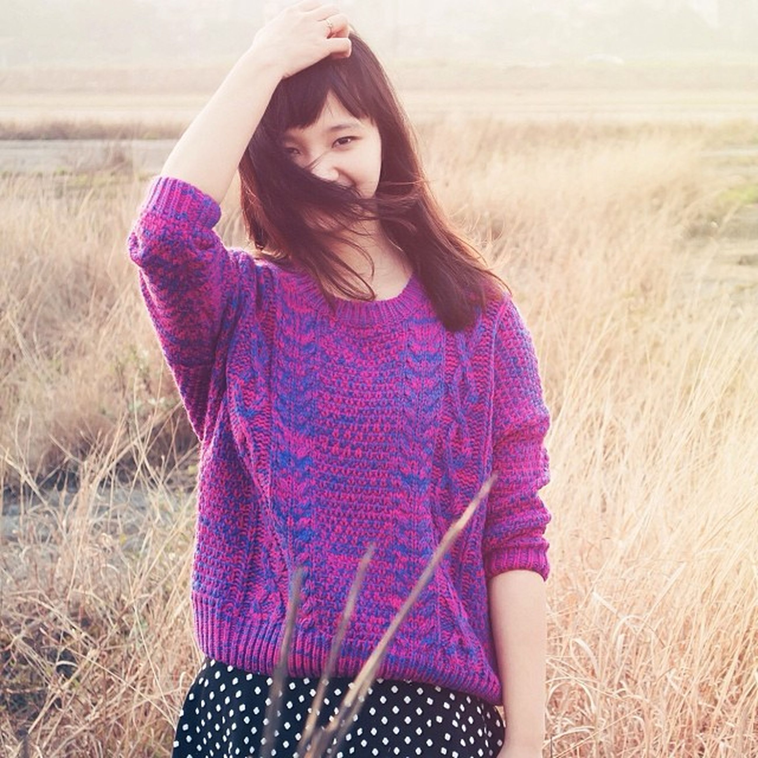 young adult, young women, lifestyles, person, casual clothing, front view, leisure activity, long hair, standing, three quarter length, portrait, looking at camera, field, smiling, focus on foreground, fashion, beauty