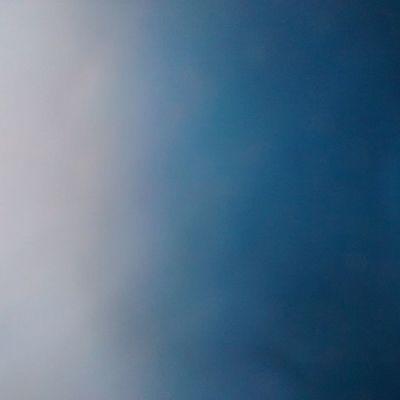 Temos que ver além, em tudo aquilo que conseguimos enxergar. Essa foto, por exemplo, é uma simples sacola azul que está em cima da mesa ( e o lado esquerdo reflete a luz que vem de fora!!) Adoro fotografia!!! 📷📷📷
