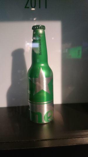Otra Botella Antigua de la Cerveza Heineken que es puesta en la Fábrica de la Cerveza Heineken en Amsterdam