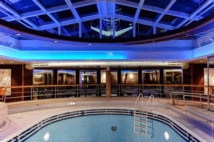 Entre Irlande et Bretagne, à bord du Pont-Aven Architectural Feature Architecture Backgrounds Bretagne Brittany Brittany Ferries Built Structure Car Ferry Compagnie Maritime Crossing The Sea Design Full Frame Indoors  Night Ornate Perspective Pont-Aven Pool Repetition Ship Swimming Pool