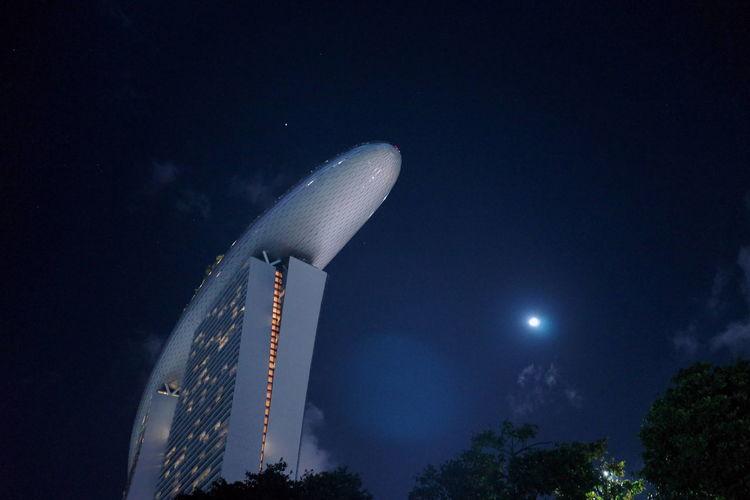 マリーナベイサンズと月と星