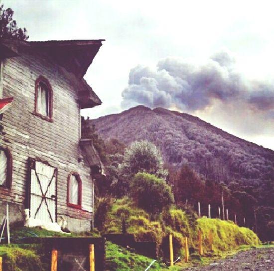 Volcan Turrialba una gran fotografía tomada en su más reciente actividad