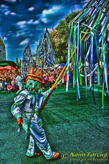 La aparición de la máscara en México se remonta, cuando menos, a tres milenios. Su simbología evolucionó con el paso del México indígena al colonial y en la vida independiente. En algunas podemos reconocer la fisonomía de antiguos dioses. Las caretas de «viejo» usadas tanto en Carnaval como durante los días de muertos en la región de Huejutla, Hidalgo, son polifacéticas. Algunas se asemejan mucho a la deidad prehispánica Xipe-Totec, dios de los desollados. Arts Culture And Entertainment Real People Multi Colored EyeEm Best Shots EyeEm Gallery EyeEm Best Edits Art Colors EyeEm New Here Hello World The Great Outdoors - 2017 EyeEm Awards First Eyeem Photo EyeEmNewHere Feel The Journey EyeEm Selects Ciudad De México Mexico City Desfile Dia De Muertos Cdmx 2017 Eyeem Awards