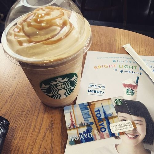 Starbucks スタバ コーヒークリームフラペチーノ 会社のイベント終了で昼間っから酔っ払っていますが…品川まで歩いて酔い覚まししつつビンゴの参加賞でもらったスタバのカードで休憩ですよ☕️今使っとかないと…テリトリー内にスタバが無い事実…💦