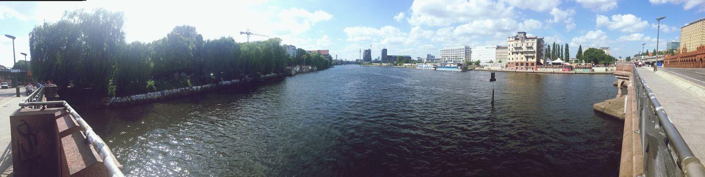 Weit und breit ist nur die Freiheit. Panorama River Ufer Sonne
