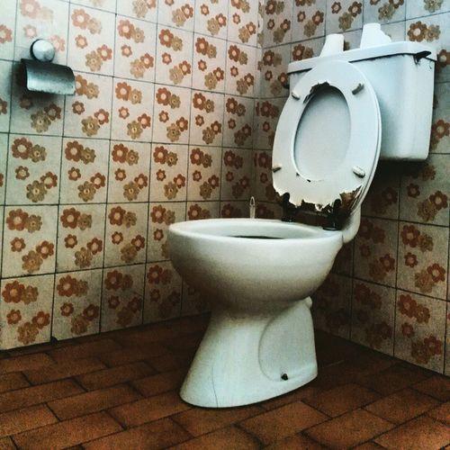 Original 70s bathroom 70s Oldbathroom Oldhouse Bathroom OldDesign BathroomArt Cesso Gabinetto Gabinetti Latrine Ig_asti_