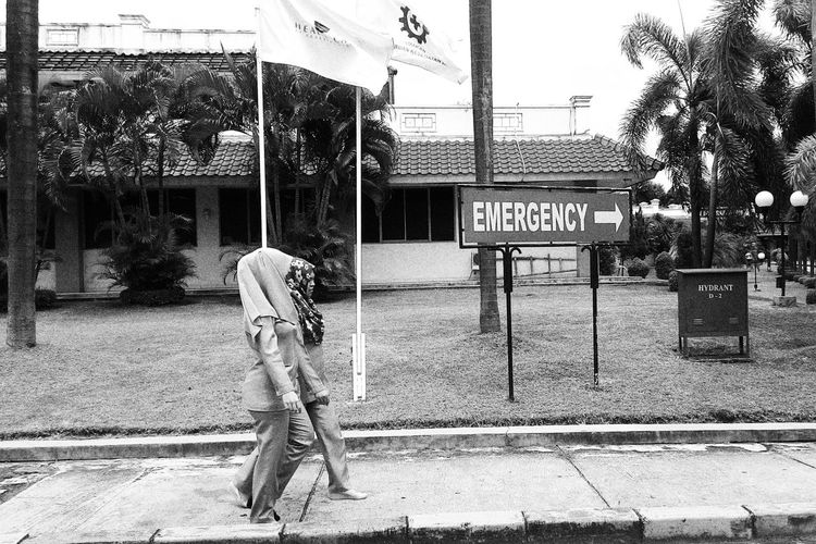 Black & White Streetphoto_bw Bw Black And White Photography Blackandwhite Photography Blackandwhitephoto Street Photo Cilegon Streetlife Two People Streetphoto Blackandwhite Streetphotography Street Photography Street Life Street