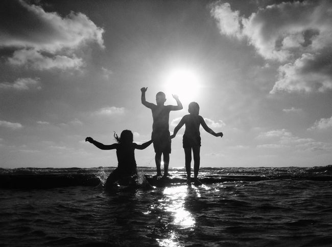 Sea Water Sky Real People Leisure Activity Vacations Beach Nature Sommergefühle Fun מיישחורלבן Enjoyment Three People Outdoors Togetherness Cloud - Sky Lifestyles Boys Happiness Full Length מייים מייגיא מייאייפוד Shotonipod Ipod
