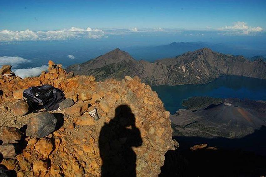 Selfie tingkat tinggi . . Potret diri bersama ketinggian Puncak  Gunungrinjani Lombok NusaTenggaraBarat  . . 2008, Nikon Me Gregory Peak Mountains InTheSky