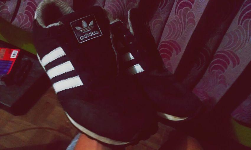 Sepatu ini yang menyatukan kita hehe. Adidasstrory