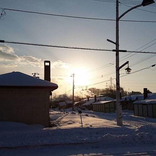 なおphoto 7時10分 チビたん登校後の 朝陽🌅 あとはお兄ちゃんが起きてくるのを…… ひたすら待つ(笑)