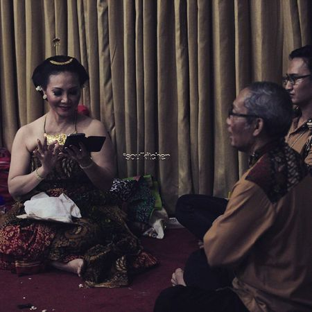 CHECKING THE MESSAGES Oyikk Worlddanceday Solovely Instadaily indonesia dance dancers javanese