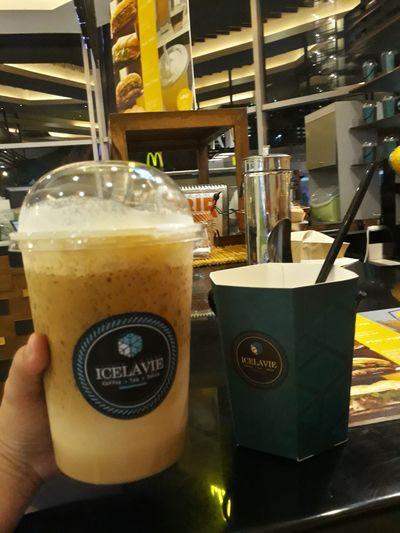 A big cup of Iced Coffee yayy 😂😁😍. Tried it with my favorite person :) ıced Coffee Hazelnut Machiatto Drinks Love Food Be Happy Freshness Icelavie