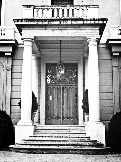 Puerta Black & White Entrance