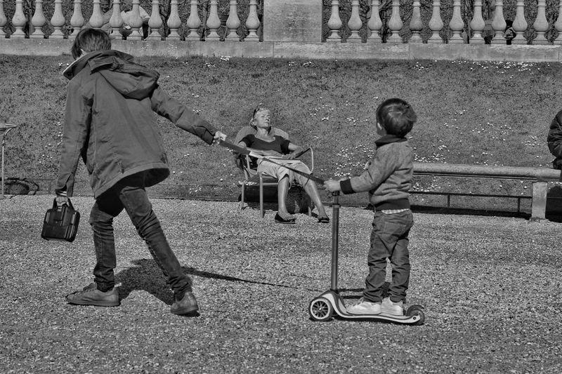 Какое чудо, когда у тебя есть старший брат The Changing City EyeEmBestPics EyeEm Best Shots Париж Paris, France  EyeEm Gallery Capture The Moment I Love My City Paris France EyeEm франция B&w Photography B&w Street Photography дети