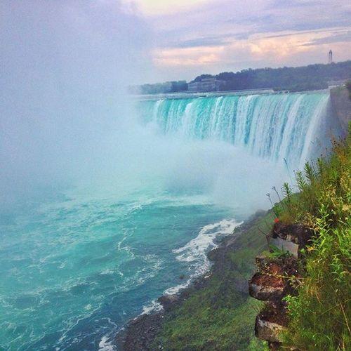 """Fear, uncertainty and discomfort are your compasses toward growth.."" Cristoferpicture Canada Niagarafalls CataratasDelNiagara Eftrips Eftoronto"