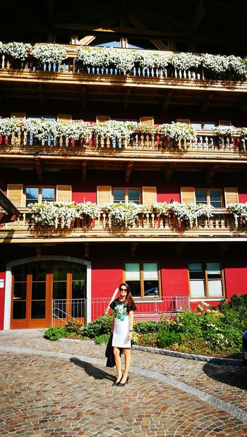 Women Building Exterior Outdoors Architecture One Person Day Adult Only Women One Woman Only Flowers,Plants & Garden Flowers Mountains And Valleys Elagance Beatiful Place Austria ❤ Nature Photography Vacation Time Blumenkasten Blumenzauber Blumenmeer Flowers, Nature And Beauty