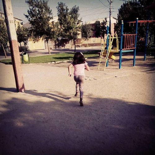 Mi princesa corriendo para ir a jugar al LucheSantiagoapie
