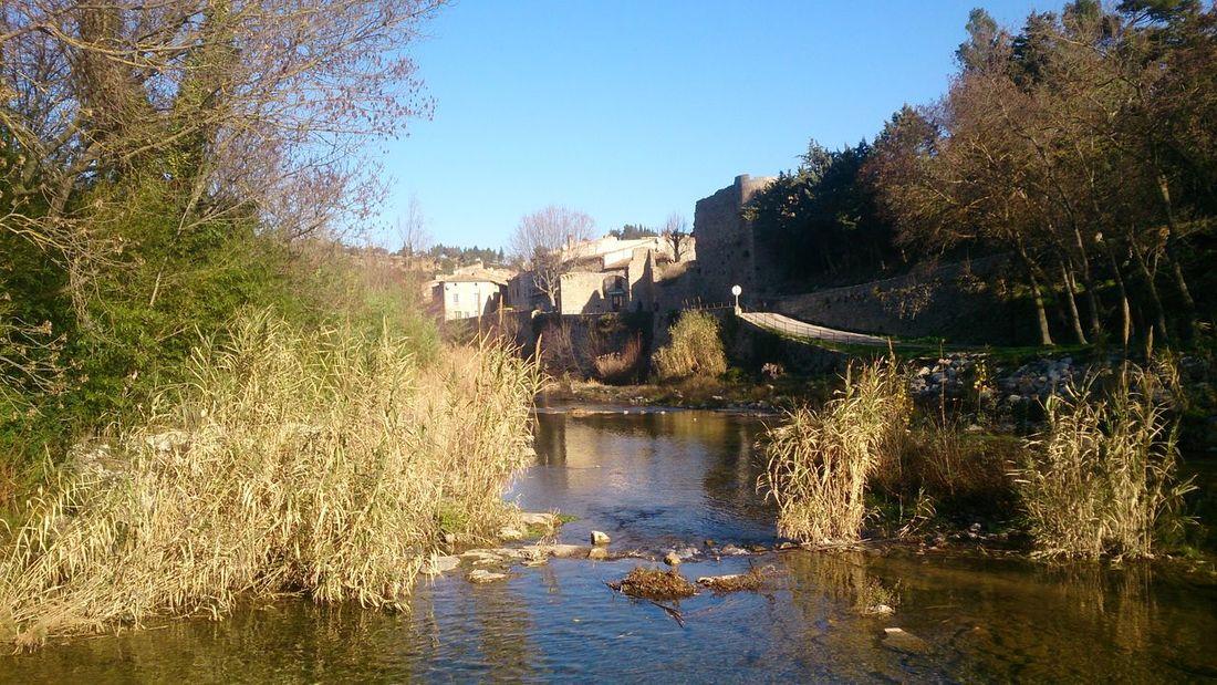 Paseando con unas Vistas del Rio que pasa por Narbone
