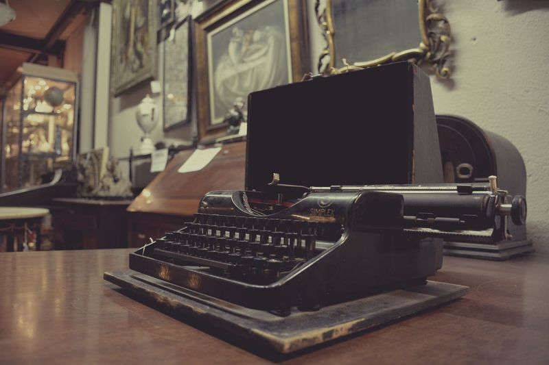 Old fashion Indoors  Retro Styled Old-fashioned No People Table Turntable Close-up Day Antiques Photography Antiques Market Antiques Mercantic Indoors  Old-fashioned Typewriter Antique EyeEmNewHere
