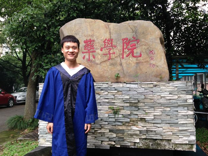 This is my senior fellow apprentice who will be graduated. Today,I help him to take photos with our school. I will have the same day, so I hope I can do my best to live my study life.