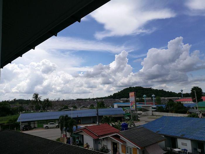 ท้องฟ้า Sky Architecture Built Structure Building Exterior Sky Roof House Cloud Cloud - Sky Residential Building City Blue Town Crowded Cityscape Day Cloudy No People Outdoors Residential District Cloudscape