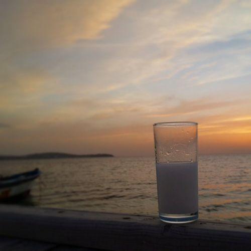 Kuzeyege Gunbatimi Rakı Rakı_sevenler Balikciteknesi Batarkenufuktabiraksamgunesi kuzey ege'de bir sahilde batar aksam güneşi..