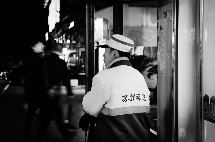 Corner City Life Street Light Street Photography Streetphotography People Walking  Downtown Business Center Black And White Street Photography Streetphoto_bw Sanitation Worker Think About Your Life. Ordinary  Ordinarypeople Confused Suzhou, China Black And White Photography Blackandwhite Photography Black & White Nightphotography Night Photography Black And White Collection  Blackandwhite Black And White