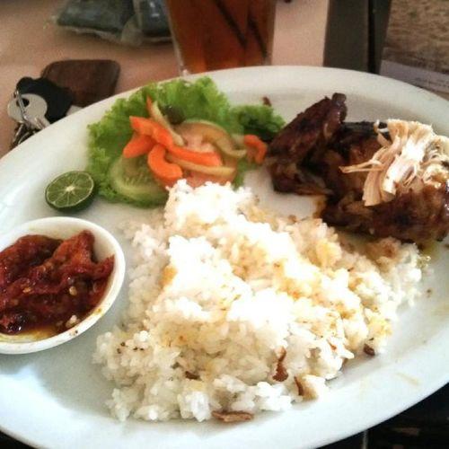 Menjelang siang, siapkan makanan yang akan disantap (foto Ayam Asap Garem-Garem) Televisinet Bandungjuara INDONESIA Kulinerbandung Kuliner