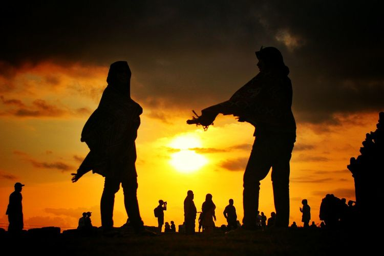 Friendship Sunrise Panorama Visitindonesia GoldenSunrise Holiday Nature INDONESIA Goldensunset Temple Light And Shadow Girl Smile Sunset Togetherness Rural Scene Silhouette Full Length Child Fun Boys Sky Reunion - Social Gathering Family Reunion Friend Orange Color Marigold Bonfire Sun Large Group Of People Dramatic Sky Couple The Modern Professional EyeEmNewHere Holiday Moments A New Perspective On Life Human Connection Capture Tomorrow My Best Photo