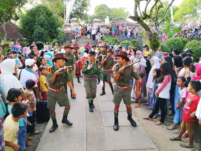 Muter Kaok Culture Budaya Lombok Tamanlingsar Adat Crowd Tree Men Women Togetherness Enjoyment Musician