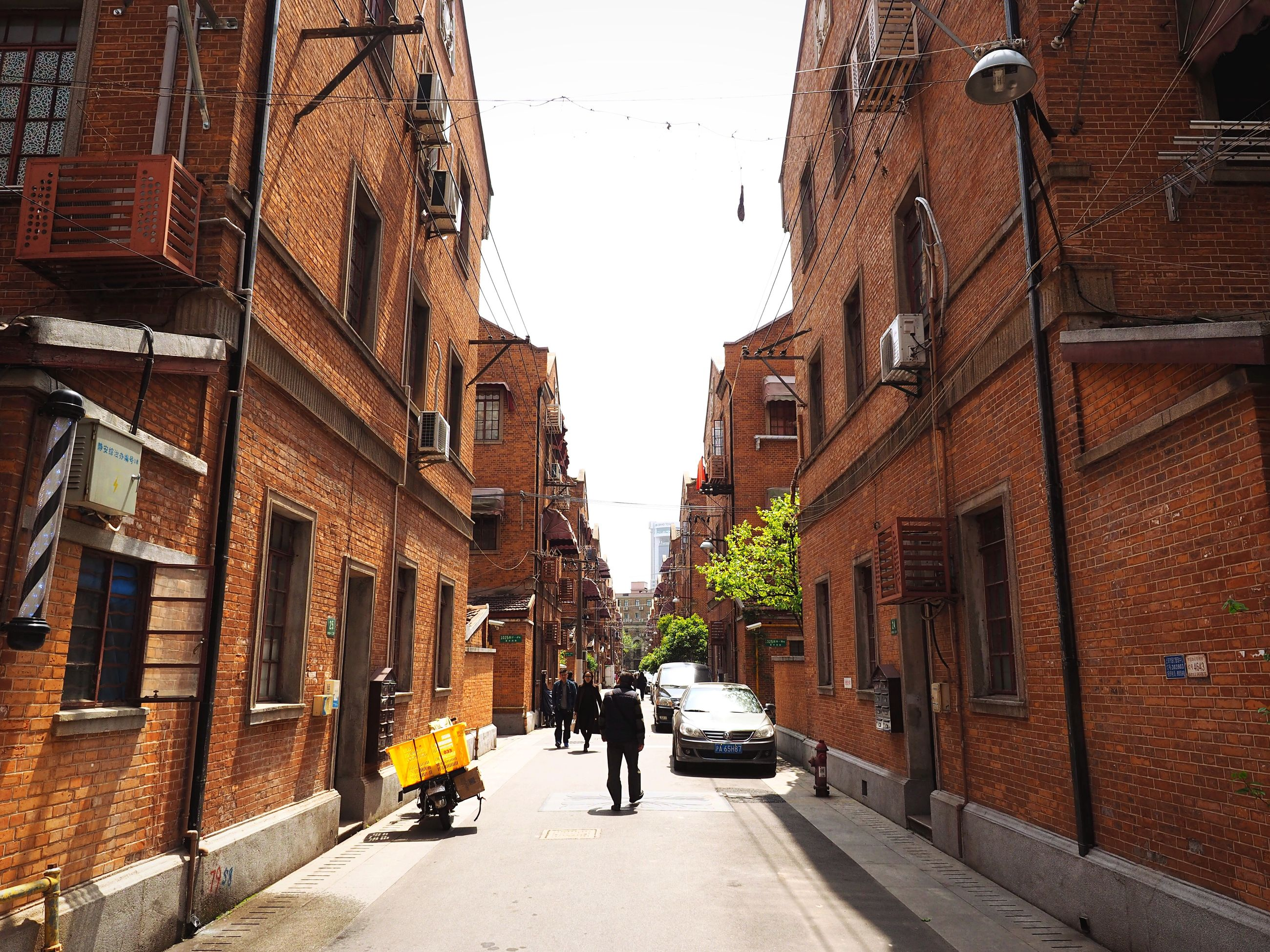 building exterior, architecture, built structure, walking, men, street, city, the way forward, person, city life, rear view, full length, lifestyles, residential building, alley, residential structure, building, transportation