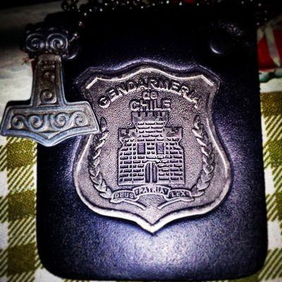 """-Gendarmería de Chile (GENCHI) es la institución penitenciaria de Chile encargada del orden, Seguridad , Reinserción Social , cumplimiento de condenas en las prisiones y el resguardo de los Tribunales de Justicia. Creada el 30 de noviembre de 1921, su Lema es """"Deus Patria Lex"""". Del Latin """"Dios, Patria, Ley"""". Su símbolo es un castillo, y su actual nombre deriva del nombre francés Gend """" Armes """"; que significa gente de armas. -En la mitología nórdica, Mjolnir (en nórdico antiguo Mjolnir , en islandés Mjolnir , en danés y en noruego Mjølner , sueco Mjolner ) es el martillo del dios Thor  . -Thor  es el dios del trueno en la mitología Nordica y Germánica . Su papel es complejo ya que tenía influencia en áreas muy diferentes, tales como el clima, las cosechas, la protección, la consagración, la justicia, las lidias, los viajes y las batallas. El objeto más representativo de Thor  es su martillo de guerra de mango corto, llamado Mjolnir . Tiene la propiedad de nunca fallar en su blanco y tras ser arrojado siempre regresa a las manos de su dueño, además puede encogerse y ser llevado con disimulo en la ropa y también puede ser utilizado para arrojar rayos. Para alzar su martillo, Thor  utiliza un cinturón que aumenta su fuerza, llamado Megingjörð , y un par de guantes especiales de hierro Gendarmeria DeusPatriaLex Chile Thorhammer PaganismoNordico Mjolnir MitologíaNordica&Germana"""