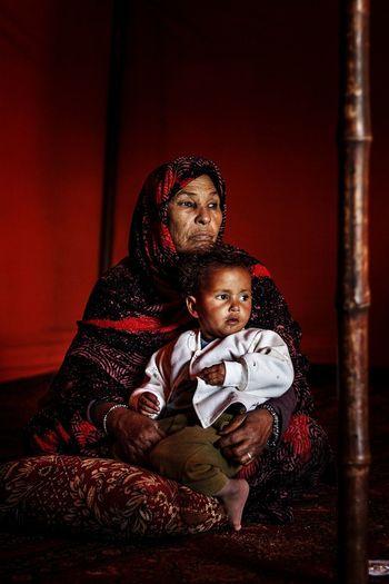 Grandmother Baby Love Red Lifestyles Real People Portrait EyEmNewHere EyeEm Gallery Sahraoui in Tindouf Algeria. The Photojournalist - 2017 EyeEm Awards The Portraitist - 2017 EyeEm Awards