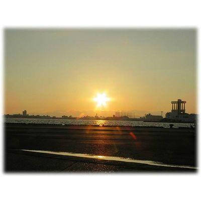 🌇 夕焼けが出ました🎶😉 Sunset came out🎶(*^^*) ※ ※ 名古屋港 Port_of_Nagoya 夕焼け 夕暮れ 夕陽 自然 安らぎ 爽やか 眩しい 空 綺麗 風景duskorangevista landscapenatureevning settingsunsunsetJapan aichinagoyasky igworldclub bestnatureshot insta_crew 🌇 sunset_japan_nagoya_mitu