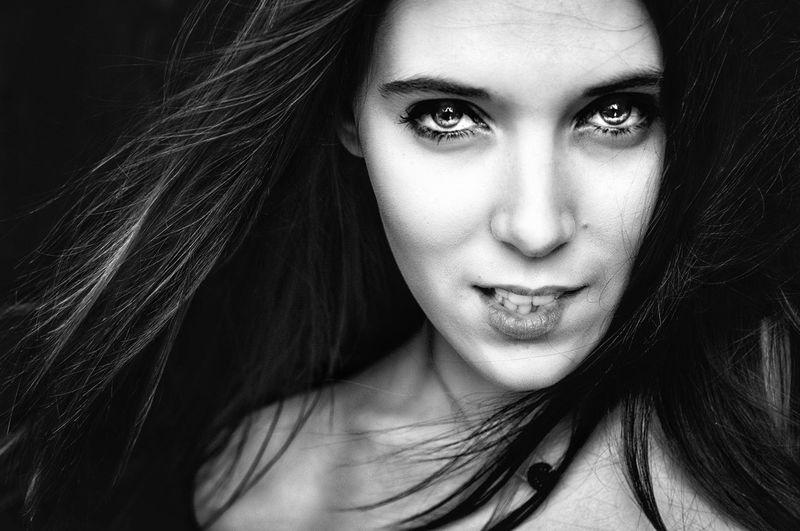 Mors toi les lèvres 💋 Portrait Photography Portrait Of A Woman Portrait Photography Beautiful Woman Beauty Hair Lips Lips #love #smile #pink #cute #pretty Black Background Witch Portrait Young Women Beautiful Woman Beauty Human Eye Fashion Model Women Mascara Eyelash Iris - Eye