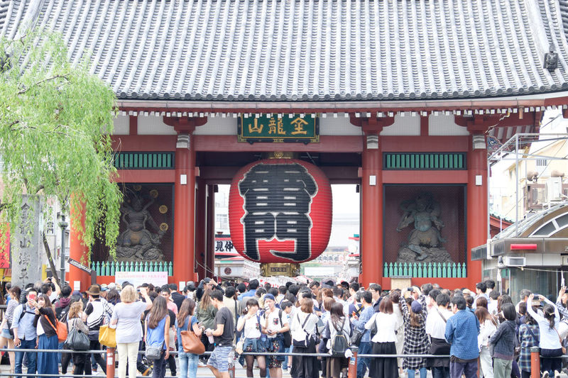 Crowd visiting kaminarimon gate