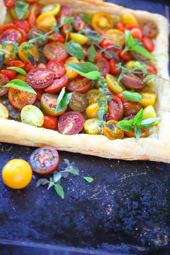 Tart of cherry tomatoes and fresh herbs Vegetarian Food Garnish Meal No People Close-up Food Indoors  Healthy Eating Cherry Tomatoes Vegan Food Fresh Produce Fresh Herbs  Basil Copy Space Room For Text Raw Food Puff Pastry Homemade Food Home Cooking Vertical Summer Food Colorful Tasty Seasonal