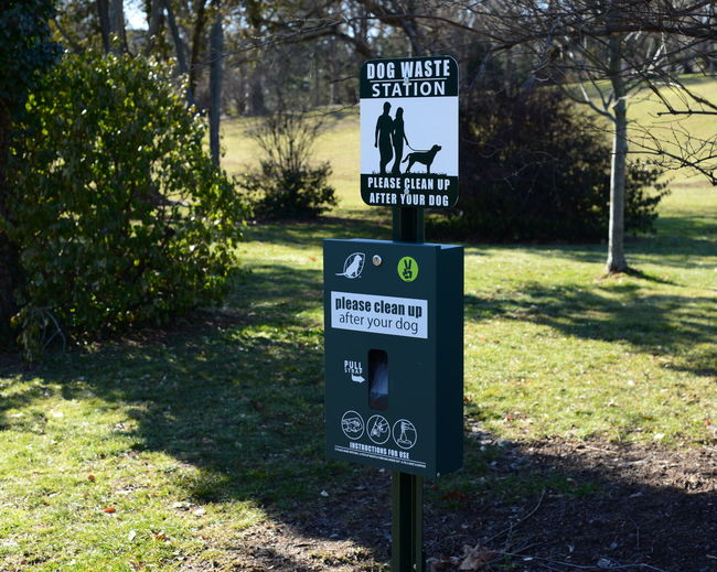 Arrow Symbol Capital Letter Communication Day Direction Dog Sign Guidance Information Information Sign Non-western Script Outdoors Park Road Sign Sign Text Warning Sign Western Script